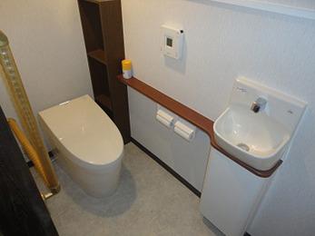 収納棚を造作し、使いやすいトイレ空間になりました。