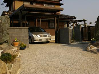 日本家屋の雰囲気にピッタリの門構えです。