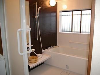 ボルドー色で、落ち着いた雰囲気の浴室になりました。