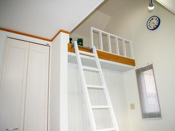 成長とともに合わせて使える便利なロフトのある子供部屋です。