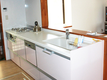 明るく広々としたキッチンになり暗さ・狭さを解消しました。