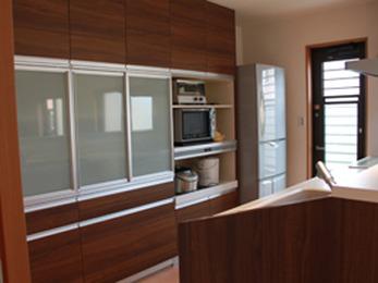 2世帯でお住まいになるためキッチンを広くしました。