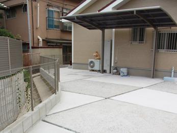 格子模様の色を変えたコンクリートがポイントの駐車スペースです。