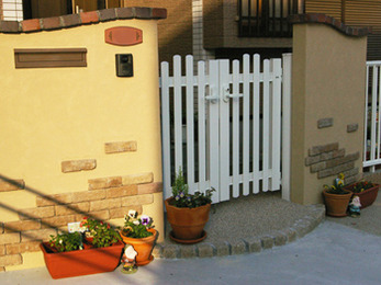 オシャレなデザインの門と広々とした駐車スペースに満足しています。