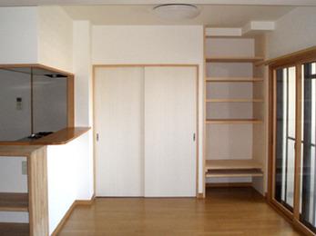 造作追加で、物の大きさに合わせて自由に高さを変えられ、とても便利になりました。
