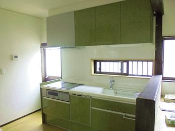 光が入る爽やかなオリーブグリーンのキッチン