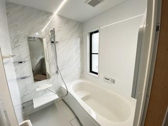 白基調で清潔感と高級感を演出♪使いやすさ満点の浴室・洗面リフォーム
