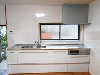 白基調のスッキリ開放的なキッチンと、温かみのある内装でもっと快適に♪
